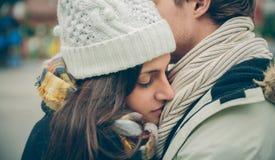 Jeunes couples embrassant dehors en automne froid Image libre de droits