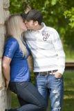 Jeunes couples embrassant en stationnement Image libre de droits