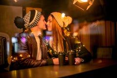 Jeunes couples embrassant et étreignant extérieur dans la rue de nuit au temps de Noël Image stock