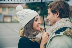 Jeunes couples embrassant et riant dehors dessous Image libre de droits
