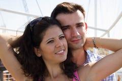 Jeunes couples embrassant heureusement Photos stock