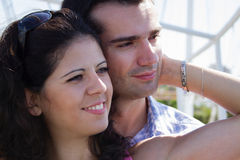 Jeunes couples embrassant heureusement Image stock