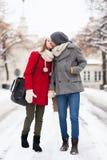 Jeunes couples embrassant le jour de l'hiver Photos stock