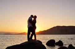 Jeunes couples embrassant sur la plage Photo libre de droits