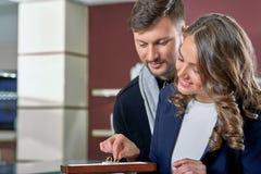 Jeunes couples en anneaux de achat d'amour au magasin de bijoux Image libre de droits