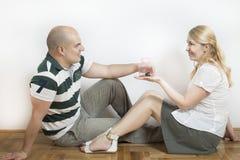 Jeunes couples en appartement neuf Images libres de droits