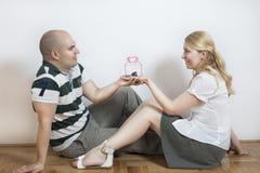 Jeunes couples en appartement neuf Photographie stock