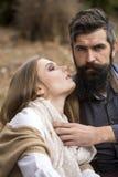Jeunes couples en automne Photo libre de droits