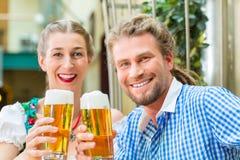 Jeunes couples en Bavière dans le restaurant ou le bar Photo libre de droits