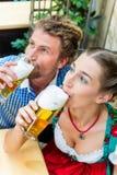 Jeunes couples en Bavière dans le restaurant ou le bar Photos libres de droits