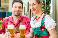 Jeunes couples en Bavière dans le restaurant ou le bar Photographie stock