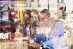 Jeunes couples en café Photos stock