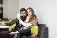Jeunes couples en café Photographie stock libre de droits