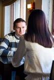 Jeunes couples en café Image stock