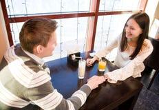 Jeunes couples en café Images libres de droits