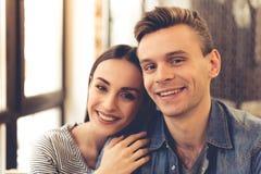 Jeunes couples en café Photos libres de droits