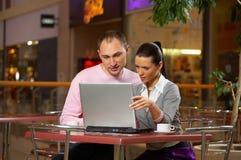 Jeunes couples en café Photographie stock
