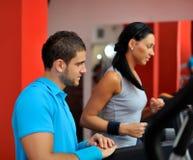 Jeunes couples en gymnastique Images libres de droits