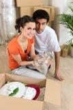 Jeunes couples en leur appartement neuf Image stock