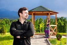 Jeunes couples en montagnes photographie stock