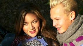 Jeunes couples en nature banque de vidéos
