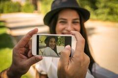 Jeunes couples en parc de ville Photographie stock libre de droits