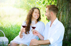 Jeunes couples en parc. Pique-nique Photographie stock libre de droits