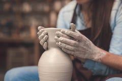Jeunes couples en plan rapproché de poterie Photo stock