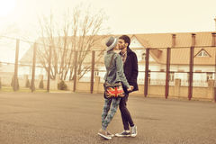 Jeunes couples en portrait extérieur de mode d'amour Photographie stock