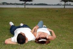Jeunes couples en stationnement photo libre de droits