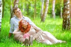 Jeunes couples en stationnement Images stock