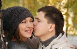 Jeunes couples en stationnement d'automne Photo libre de droits