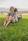Jeunes couples en stationnement de ville Photo libre de droits