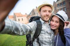 Jeunes couples en vacances prenant le selfie Photographie stock