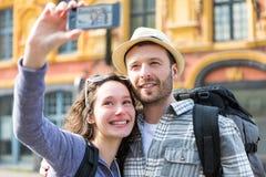 Jeunes couples en vacances prenant le selfie Photos libres de droits