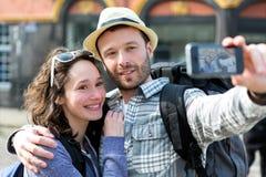 Jeunes couples en vacances prenant le selfie Photo stock