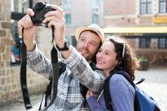 Jeunes couples en vacances prenant le selfie Photographie stock libre de droits