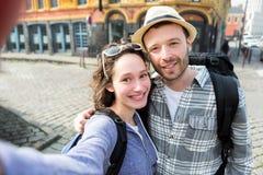 Jeunes couples en vacances prenant le selfie Photos stock