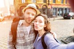 Jeunes couples en vacances prenant le selfie Image stock
