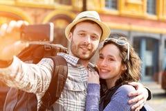 Jeunes couples en vacances prenant le selfie Image libre de droits
