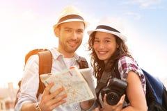 Jeunes couples en vacances prenant le selfie images stock