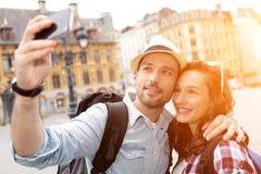 Jeunes couples en vacances prenant le selfie photo libre de droits