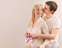 Jeunes couples enceintes heureux attendant un bébé avec peu d'espadrille Photo stock