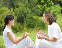 Jeunes couples ensemble à l'extérieur Images stock