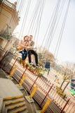 Jeunes couples ensemble sur le carrousel en parc d'attractions Photographie stock