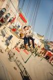 Jeunes couples ensemble sur le carrousel en parc d'attractions Images stock