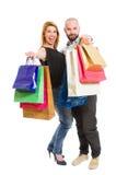 Jeunes couples enthousiastes et enthousiastes d'achats Image libre de droits
