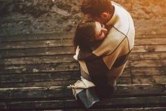 Jeunes couples enveloppés dans le plaid photos libres de droits