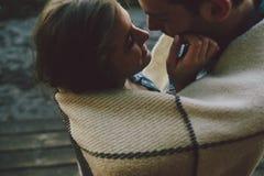 Jeunes couples enveloppés dans le plaid images libres de droits