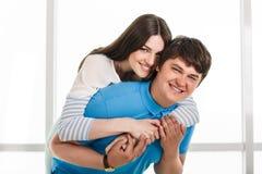 Jeunes couples espiègles Images stock